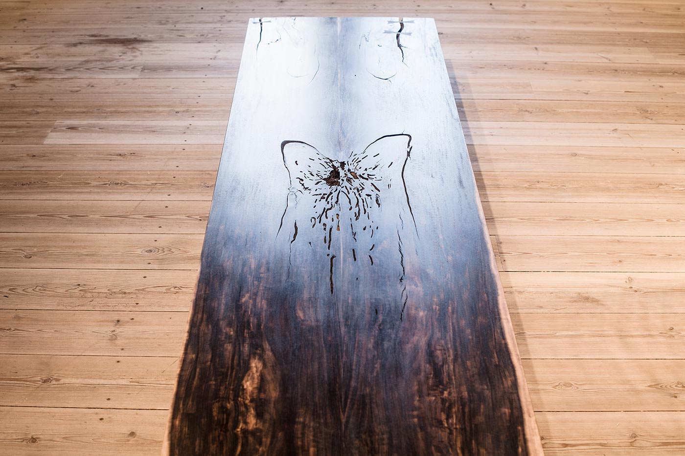 Wood surface with butterfly joints: